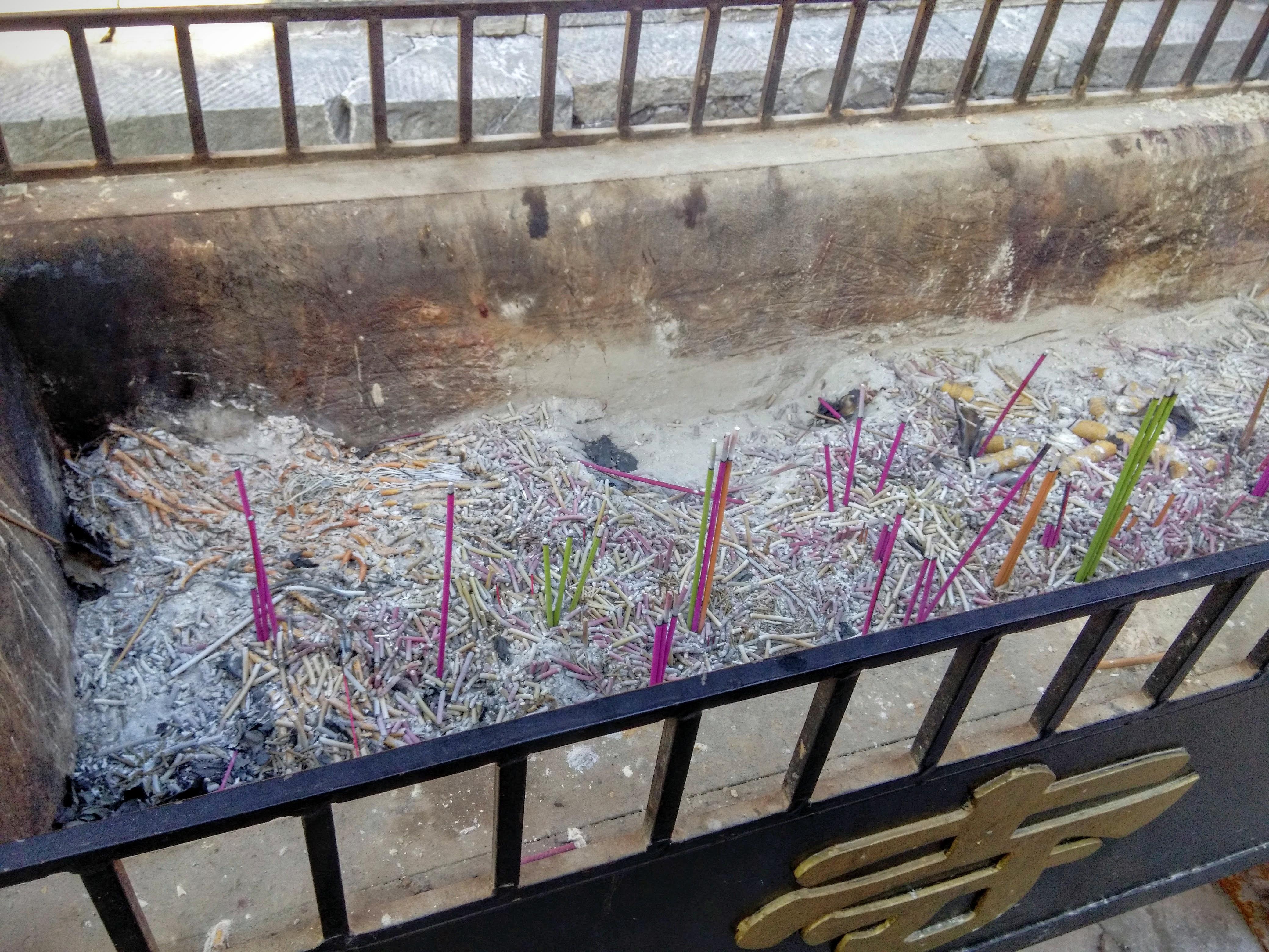 Курительница возле Хунло-сы. Куча истлевших свечек