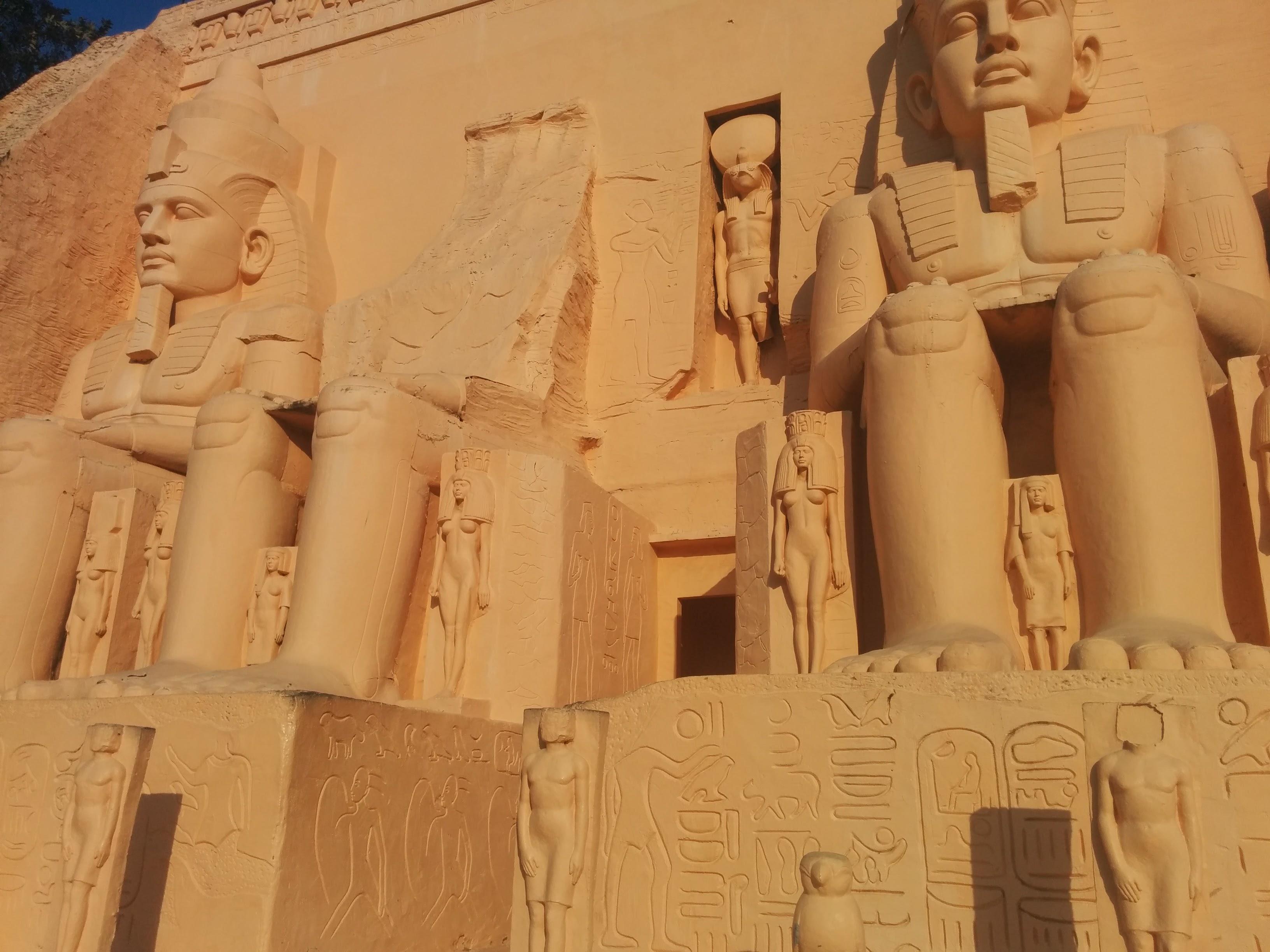 На территории парка мини-Сиам есть даже египетские пирамиды